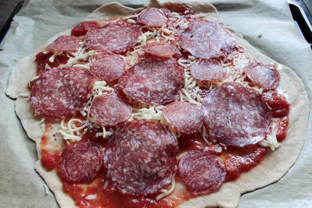 Pizza so salámou