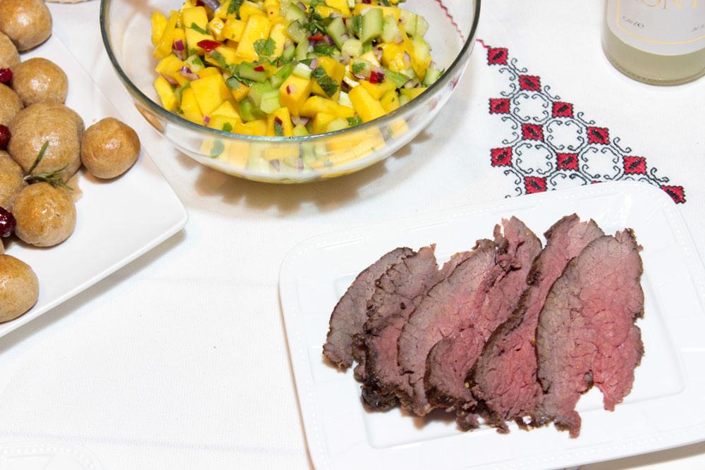 Roast beef with mango salad