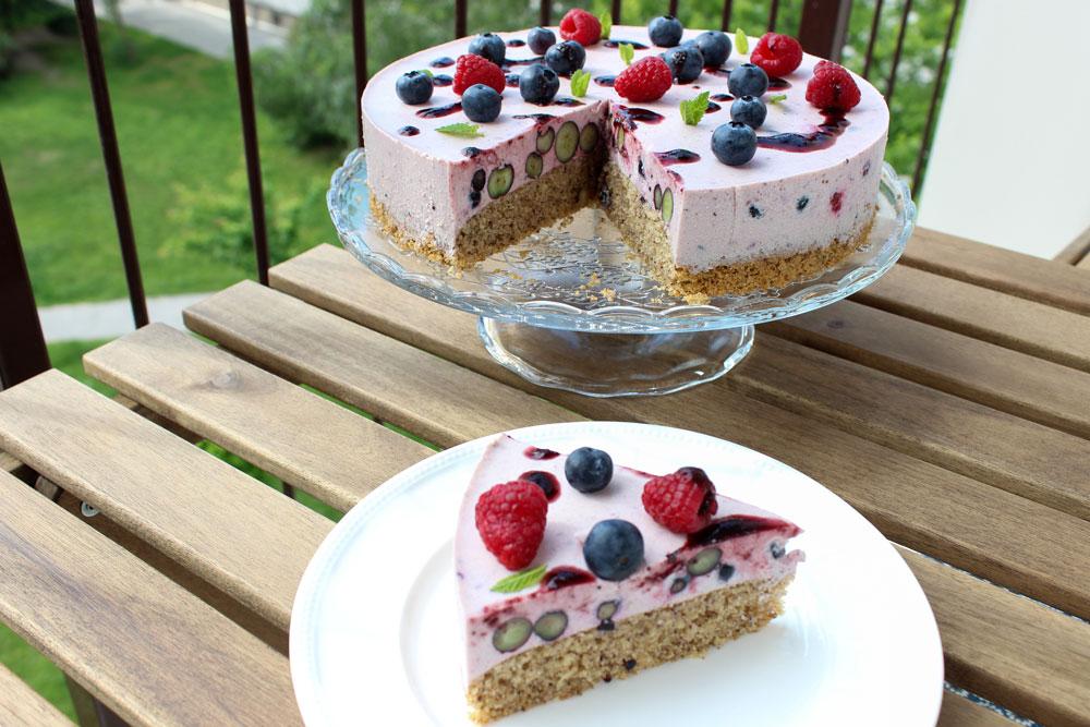 Svieža jogurtová torta s malinami a čučoriedkami