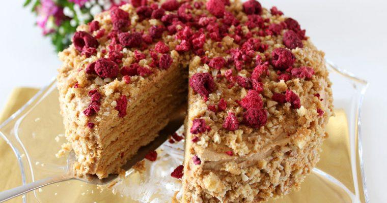 Medovníková torta so sušenými malinami